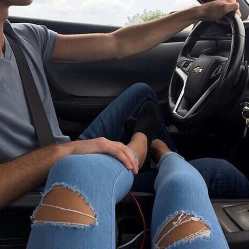 фотосессию картинка рука на ноге в машине хотел